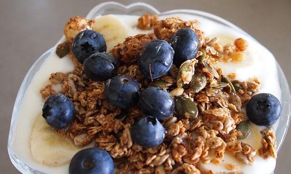 不妨可以在早餐食用酸奶时,加入香蕉、蓝莓、麦片谷物等。这些都可以作为早餐中的超级食物,给你足够的能量。(StockSnap/CC/Pixabay)