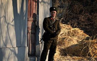 因粮食普遍不足,朝鲜出现士兵抢夺老百姓粮食的事件,而且经常发生。图为一名朝鲜士兵于2013年12月16日在鸭绿江岸边站哨。(MARK RALSTON / AFP)