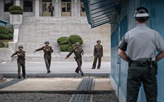 朝鮮一名士兵於11月13日越過板門店的共同警備區投奔韓國,但遭其他朝鮮士兵開槍射傷。圖為板門店一名韓國士兵面對幾名朝鮮士兵,此圖攝於2017年10月12日。(AFP)
