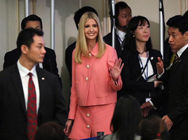 """第一千金伊万卡周四抵达日本访问,和日本首相安倍晋三共同出席""""国际女性会议"""",共进晚餐。(AFP PHOTO / POOL / Eugene Hoshiko)"""