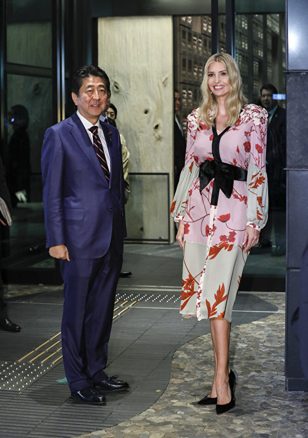 Ivanka Trump (R), Advisor to US President Donald Trump, is welcomed by Japanese Prime Minister Shinzo Abe for a dinner at a restaurant in Tokyo on November 3, 2017. / AFP PHOTO / POOL / Kimimasa MAYAMA