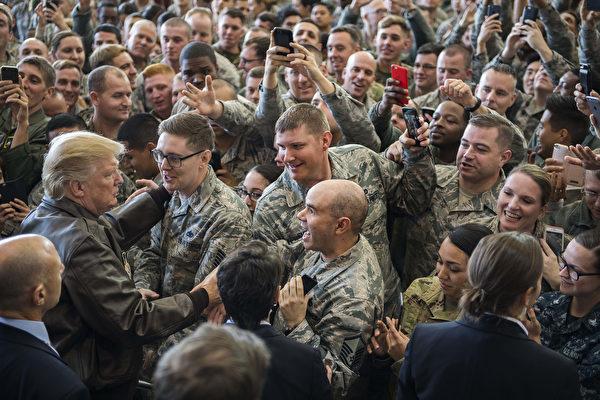 2017年11月5日,美国总统川普在日本横田空军基地发表演说后,与在场美军官兵打招呼。(JIM WATSON / AFP)