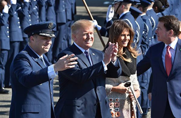 2017年11月5日,美国总统川普伉俪在日本横田空军基地受到美军官兵的欢迎。(Kazuhiro NOGI / POOL / AFP)