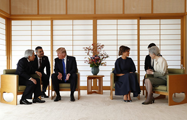 在翻译人员的帮助下,川普夫妇分别与明仁天皇夫妇进行会谈。(ISSEI KATO/POOL/AFP)