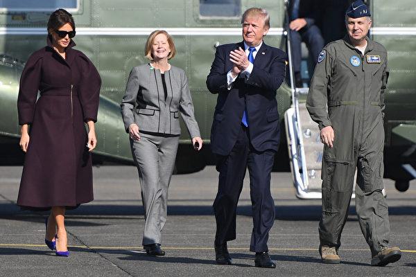 11月6日,川普和第一夫人离开日本,搭载空军一号前往韩国。(AFP PHOTO / JIM WATSON)