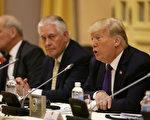 """美国总统川普于11月12日表示,如果能与朝鲜领导人金正恩成为朋友,那对朝鲜和全世界而言,都将是""""好事""""。图为他于当天与越南领导人进行双边会谈。(Na Son Nguyen / POOL / AFP)"""