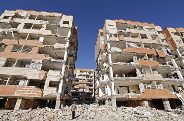 2017年11月12日在两伊边境发生的强震导致房屋严重受损。(ATTA KENARE / AFP)