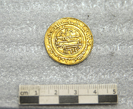 21枚古阿拉伯金币(dinar)的年代在1121年至1131年之间,在西班牙或摩洛哥铸造,当时这些地区被穆拉比特王朝的柏柏人控制。(Alexis Grattier / University Lumiere Lyon II / AFP)