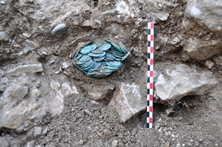现场发掘出的2200枚古罗马银币(denier)和古希腊银币(obole)。(Anne BAUD, Anne FLAMMIN / Laboratoire Archeologie et Archeometrie / AFP)