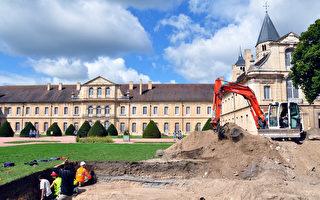 在法国东部索恩-罗亚尔省(Saône-et-Loire)著名的克吕尼修道院(Abbaye de Cluny)的一座旧建筑脚下,考古专家挖掘出2200多件12世纪时期的钱币宝藏。( Credit Anne BAUD, Anne FLAMMIN / Laboratoire Archeologie et Archeometrie / AFP )