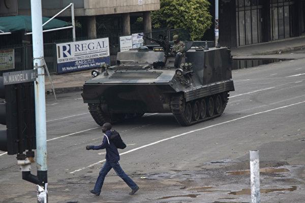非洲南部國家津巴布韋政局生變,軍方11月15日控制了國家廣播電台,並拘留了93歲的總統穆加貝(Robert Mugabe)及其夫人。(WILFRED KAJESE/AFP)