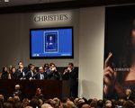 達·芬奇的一幅作品《救世主》(Salvator Mundi),11月15日在美國紐約佳士得(Christie's)夜拍賣會上以4.5億美元成交,成為史上最昂貴藝術品。 (TIMOTHY A. CLARY/AFP)
