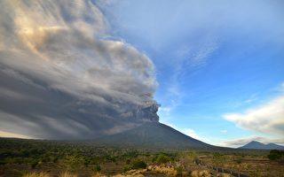 印尼阿贡火山喷发迫近 445航班取消6万人滞留