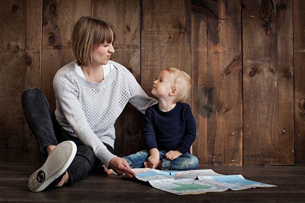亲子互相扶持,孩子愉快成长。(pixabay)