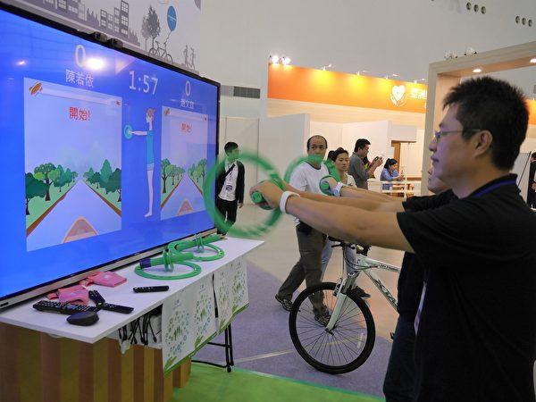通過體適能遊戲,可測試遊戲者的平衡感,並訓練下肢耐力。(方金媛/大紀元)