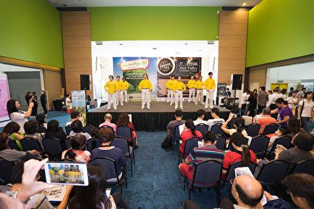 法轮功学员在健康展主台上为民众演示功法,吸引民众的关注。(Steven/大纪元)