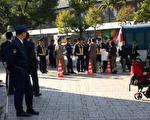 """2017年11月7日,美籍华人林小真和二名双胞胎幼子在日本驻美国领事馆外维权,抗议中共强暴""""维稳""""。(林小真提供)"""