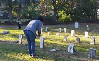 亞美研究學生在望合山墓園(Mount Hope Cemetery)拜祭華裔先祖。(景灝/大紀元)
