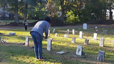 亚美研究学生在望合山墓园(Mount Hope Cemetery)拜祭华裔先祖。(景灏/大纪元)