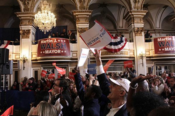 波士顿市长华殊(Martin Walsh)以大优势获得胜选连任,支持者群情激动欢呼。(景灏/大纪元)