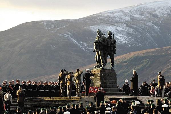 圖為蘇格蘭高地的Spean Bridge舉行的紀念活動中,退役和現役的突擊隊員以及他們的親友聚集在突擊隊紀念碑(Commando Memorial)前。(Jeff J Mitchell/Getty Images)