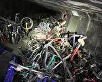 橙縣警署和政府人員近日在芳泉谷(Fountain Valle)聖安娜河岸的遊民點,意外發現藏在一個隧道內的1000輛自行車以及一把手槍。(橙縣警署提供)