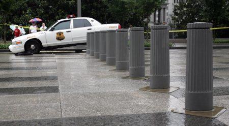 在紐約市行人密集的地方安裝護柱(bollards)。
