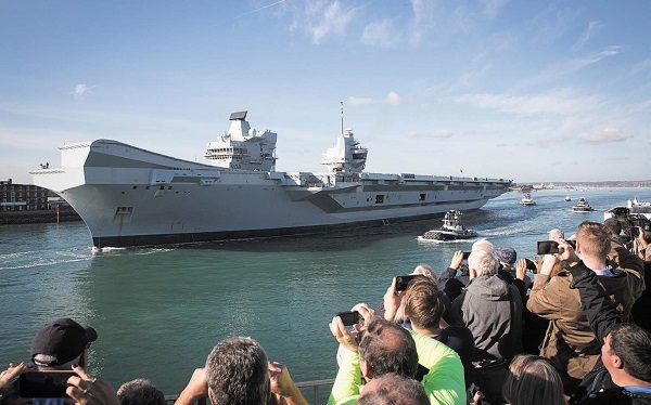 10月30日,英國最新、最先進的航母伊麗莎白女王號,從樸茨茅斯的軍港出發,進行第二次下海試航。(Matt Cardy/Getty Images)