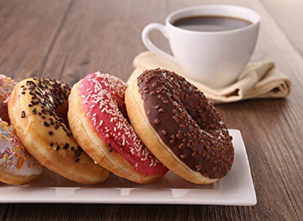 、甜甜圈、雞蛋糕、烘焙食品都添加含有鋁的膨脹劑,身體在短期內大量累積鋁,恐損害腦部組織、神經系統,造成記憶力減退、提高失智風險。(Fotolia)