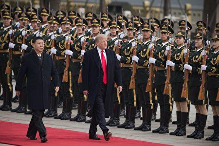 11月9日上午9时许,习近平在人民大会堂东门外广场举行仪式欢迎川普访华。 (NICOLAS ASFOURI/AFP/Getty Images)