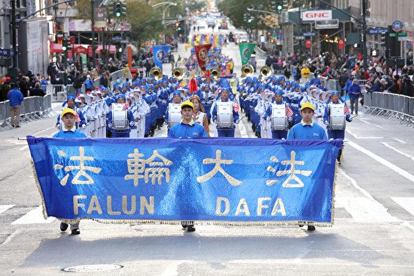 法轮功参加纽约老兵节游行 民众惊呼:太美了