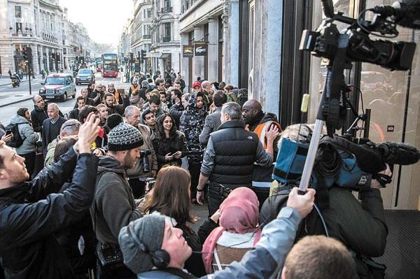 什么能让这么多人起早甚至连夜排队等候? (Carl Court/Getty Images)