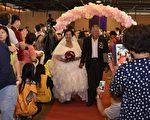 身穿白紗的80歲新娘阿嬤們表情嬌羞,新郎阿公也顯得緊張興奮,喜悅的心情盡躍在臉上。(屏東縣政府提供)