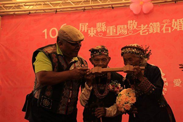 泰武乡代表笼石头、笼顺连女夫妇演绎合饮连杯酒的原住民结婚习俗,象征夫妻同心,传递幸福。(屏东县政府提供)