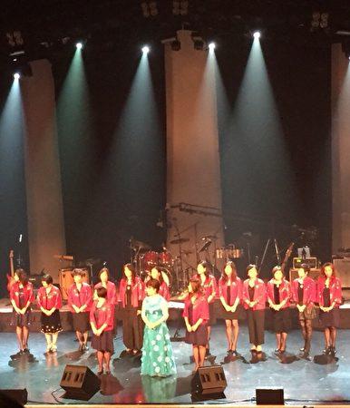 圖: 世華工商婦女企管協會溫哥華分會舉辦慈善音樂會,捐贈給加拿大與台灣關愛自閉症機構,展現愛無國界之大愛。圖為世華溫哥華分會的姐妹們在台上。 (世華工商婦女協會提供)