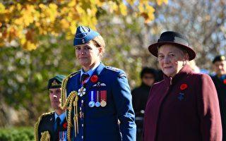 新总督和英雄母亲在纪念仪式上。(任侨生/大纪元)