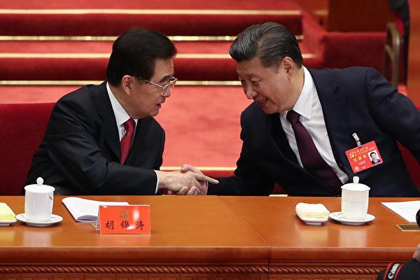 """中共""""十九大""""18日起在北京召开。图为习近平(右)宣读完""""十九大""""报告后,回到主席台与胡锦涛(左)握手。 (Lintao Zhang/Getty Images)"""