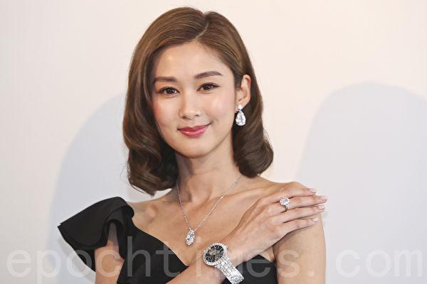 岑丽香为佳士得香港珠宝及翡翠首饰秋季拍卖预展担任模特儿,今次示范的钻饰、手袋总值超过5.3亿。(余钢/大纪元)