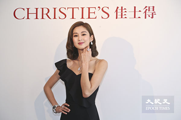 岑丽香为佳士得香港珠宝及翡翠首饰秋季拍卖预展担任模特儿。(余钢/大纪元)
