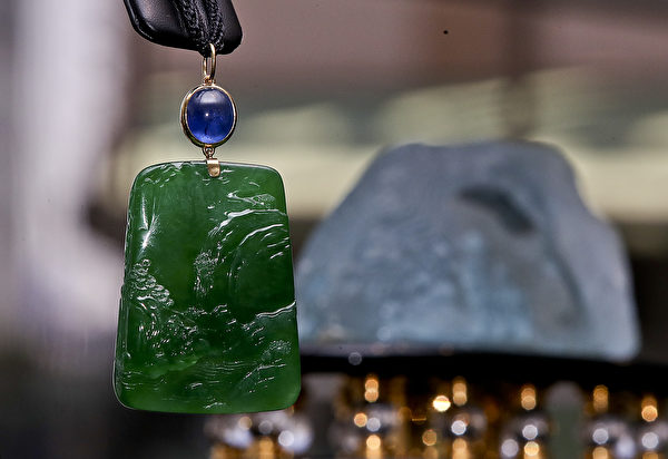 佳士得香港珠宝及翡翠首饰秋季拍卖预展展示的珠宝钻饰、手表及手袋总值超过5.3亿。(余钢/大纪元)