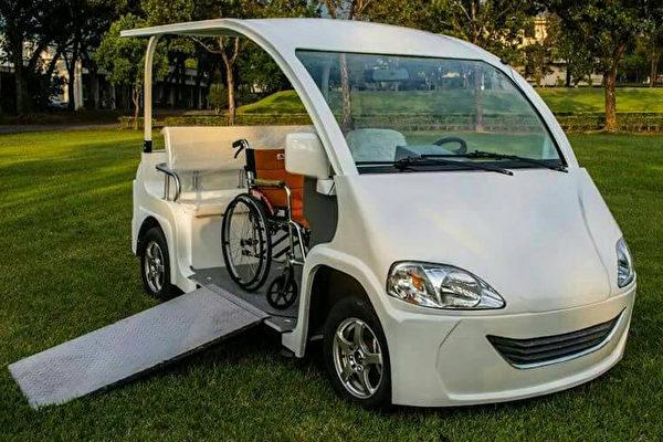 台灣屏東科技大學團隊研發「高坡度高安全性智慧型福祉電動車」,讓輪椅族到觀光區坐遊園車時,輪椅也能上下車。(屏科大提供)