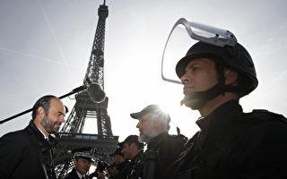 巴黎恐攻2年后,法国正式解除紧急状态,将改采新反恐措施。图为法国总理菲力普(左)1日视察巴黎艾菲尔铁塔守卫员警。(CHRISTIAN HARTMANN/AFP)