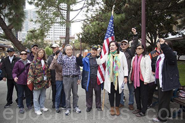 11月3日,部分旧金山华裔社区领袖、居民在中国城花园角集会,敦促市议员在娱乐大麻规范立法方面,支持华裔社区的诉求。(周凤临/大纪元)
