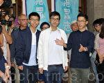 周永康(圖中)調侃說要多謝律政司長袁國強,讓他在懲教署學習到很多不同事情,亦讓他看到司法公正及公義是否可以在香港實踐。(李逸/大紀元)