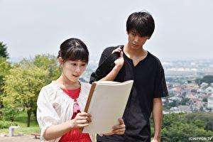 在《过保护小姐》中,高畑充希(左)饰演备受宠爱的妈宝大学生。右为竹内凉真(剧照)。(纬来日本台提供)