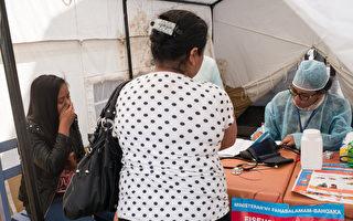 一名中國遊客在馬達加斯加旅遊期間疑似感染鼠疫。圖為10月5日,塔那那利佛,一名年輕女子(左)在醫療檢查站接受鼠疫的檢查。(RIJASOLO/AFP/Getty Images)
