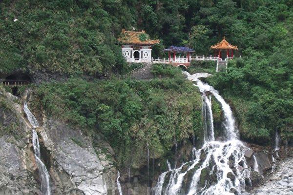 長春祠為中橫公路著名的「長春飛瀑」。(張雅雲/大紀元)