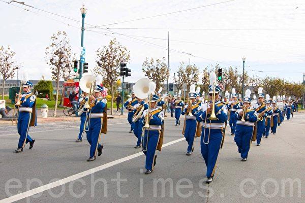 旧金山老兵节游行 主办方赞法轮功队伍最优秀