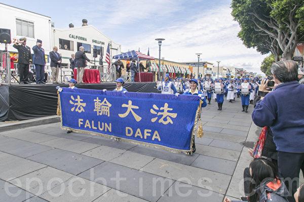 11月12日,舊金山舉行了第97屆老兵節遊行。由法輪功學員組成的美西天國樂團經過主席台。(曹景哲/大紀元)