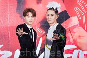 敖犬(庄濠全)(右)11月14日在台北出席新专辑《TRANSFORM*变》记者会,好友王子(邱胜翊)(左)站台力挺 。(陈柏州/大纪元)